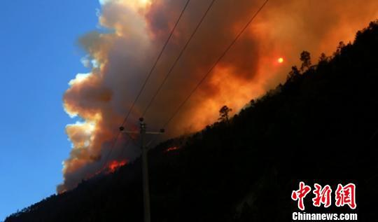火场浓烟遮住了太阳。 杨俊辉 摄