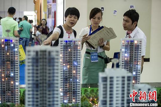 资料图:市民在房展会上看房。中新社发 骆云飞 摄