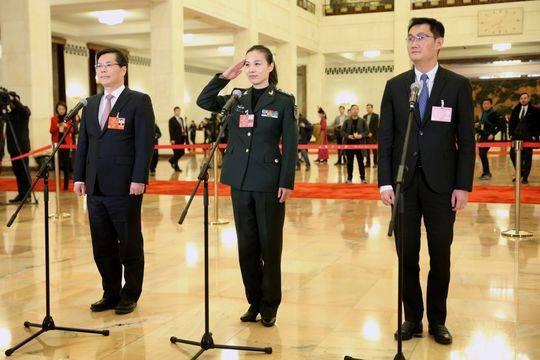 """3月5日,第十三届全国人民代表大会第一次会议在北京人民大会堂开幕。这是全国人大代表马化腾、王亚平、徐立毅(从右至左)在""""代表通道""""接受采访。新华社记者金立旺摄"""
