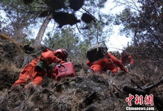 森警官兵爬山奔赴火场灭火。 杨俊辉 摄