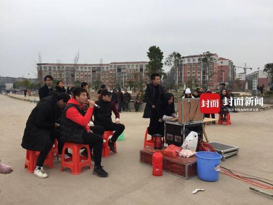 春节露天KTV生意火爆 5元点唱一首多为年轻人光顾
