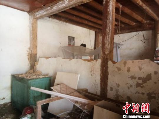 图为受损房屋。 钟欣 摄