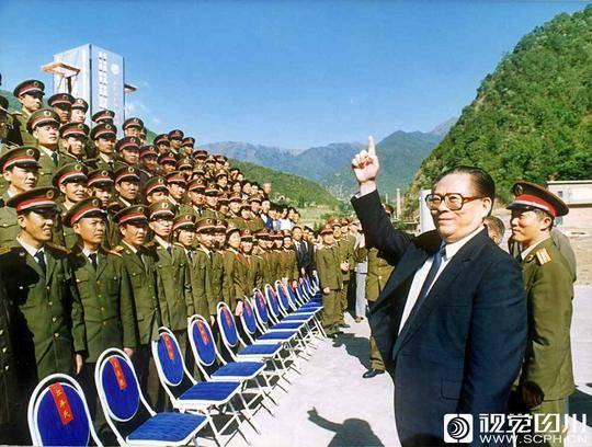 江泽民视察西昌卫星发射基地。四川日报记者 唐正益 摄
