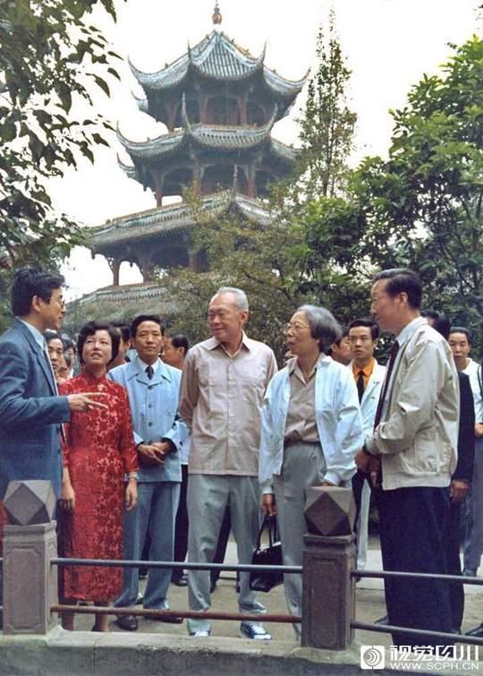 新加坡总理李光耀在成都望江公园参观。四川日报记者 唐正益 摄
