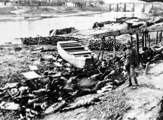 日本兵在南京下关大屠杀现场