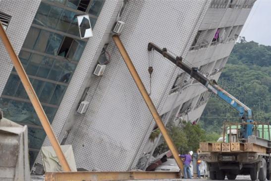 """目前台湾花莲""""云门翠堤""""倾斜30度,恐随时崩塌,由4大钢架支撑。(图片来源:台媒)"""