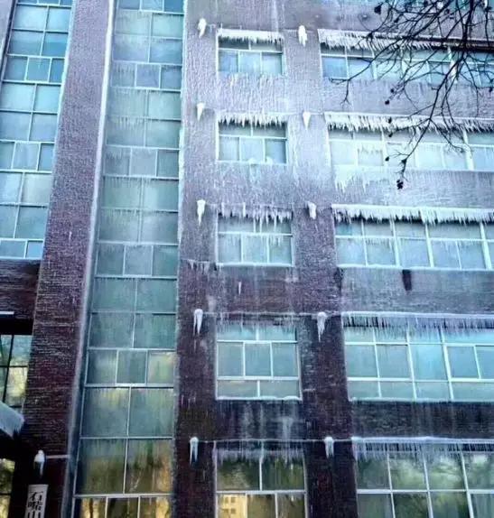 """▲大楼成""""冰雕""""。图片来自北京时间"""
