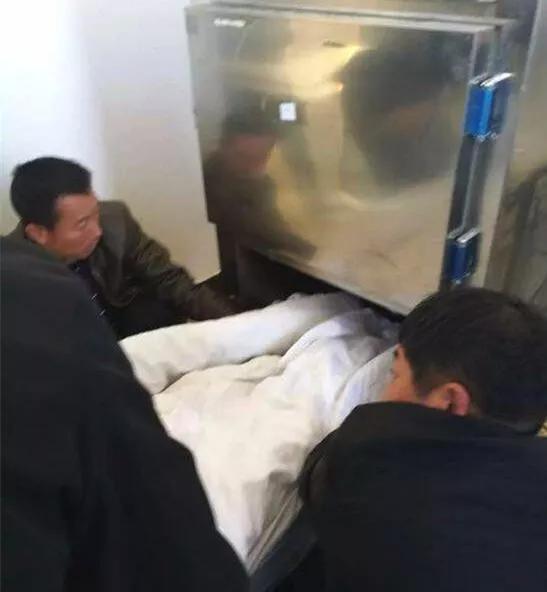 遗体被移送到停尸房