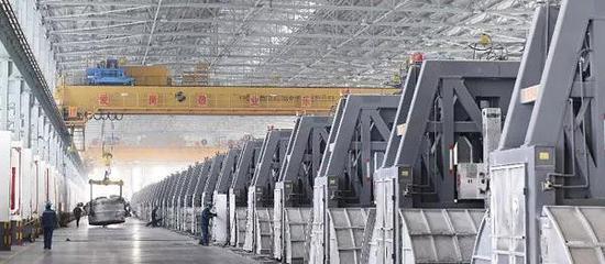 2月26日,山东魏桥铝电有限公司工人在600kA铝电解槽车间调运铝水。新华社发(董乃德 摄)