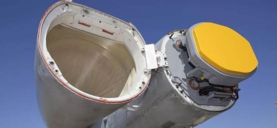 ▲资料图片:装载在美国F/A-18型战斗机上的AESA雷达(雷神公司)