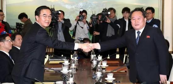 1月9日,韩方代表团团长赵明均(左)和朝方代表团团长李善权握手。新华社/美联