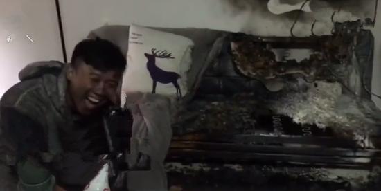 家中着火后玩自拍情侣受邀参观消防队:烧得值