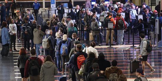 感恩节前后,美国机场排队等候安检的旅客