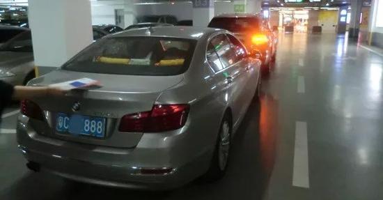 尾号888宝马剐蹭400万宾利 天价赔偿吓坏女司机