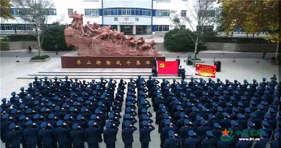 学员在华山抢险战斗集体雕塑前重温入党誓词