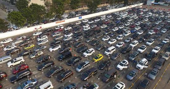 电子游艺网址:上万辆车因大雾滞留海口_游客表示堵了一个假期