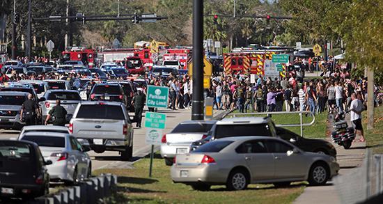 当地时间2018年2月14日,美国佛罗里达州帕克兰,据美国佛罗里达州布劳沃德县警方消息,当地一高中发生的枪击案已造成17人死亡。视觉中国 图
