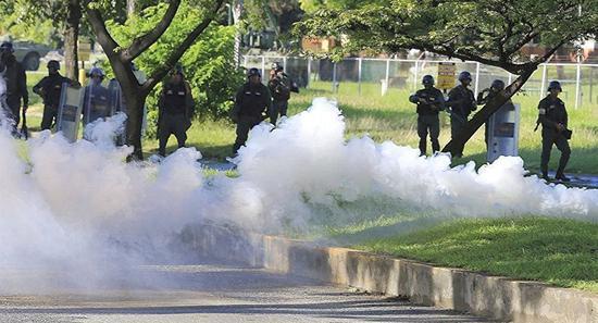 委内瑞拉首都加拉加斯地铁2月5日早发生催泪弹爆炸事件 地铁一度停运