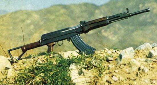 图为81式自动步枪