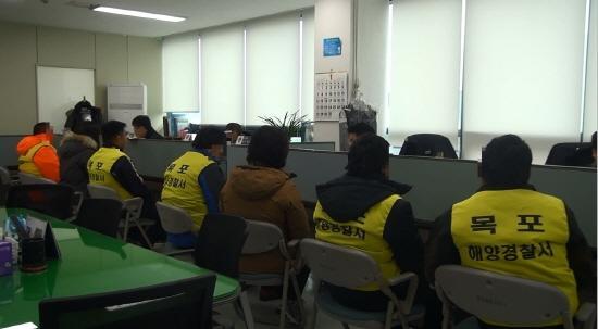 被韩方海警扣押的中国船员接受调查