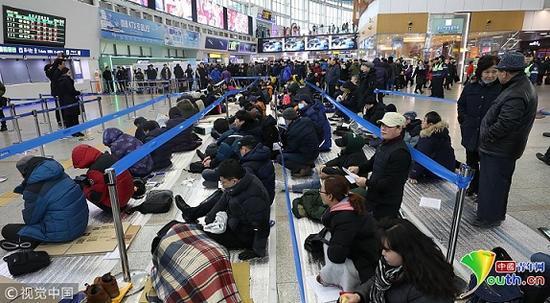 """1月16日,首尔火车站排队购买""""春运""""车票的民众(图源:中青网)"""