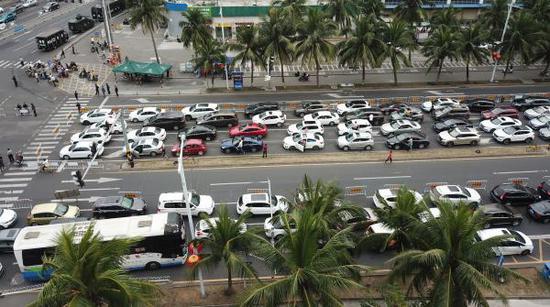 2018年2月21日,海南海口,数千辆准备过海出岛车辆滞留在秀英港周边道路。 东方IC 图
