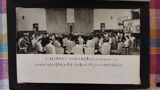 △洪瑶楹展示的老照片