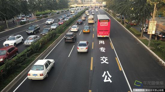 2016年10月10日,北京95.2公里的公交专用道正式启用,图为北三环安华桥附近的新增公交车专用车道(图片来源:tuku.qianlong.com)。千龙网记者 陈健男摄