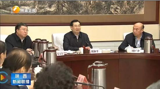 熟知官场座次的都知道,省委书记胡和平居首,按座次刘国中排第二。