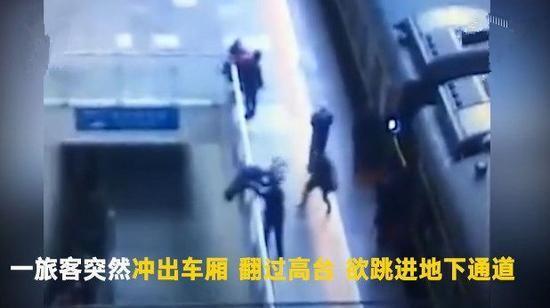 """男子突发""""火车综合症""""欲跳站台_已坐40小时火车"""