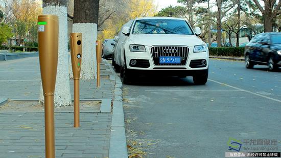 11月17日,位于北京和平门与前门之间路段内的路侧停车电子收费桩,目前已全部启用(图片来源:tuku.qianlong.com)。赵雅丹摄 千龙网发