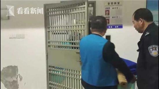 目前,李某因为虚构事实,扰乱公共秩序,被警方处以行政拘留十日的处罚。