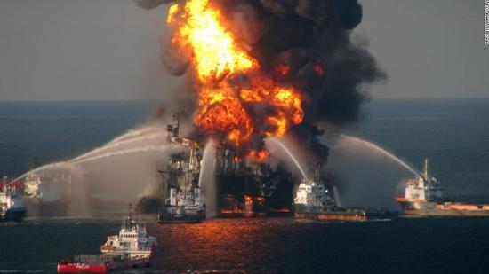 """▲墨西哥湾""""深水地平线""""钻井平台爆炸后现场(图自:CNN)"""
