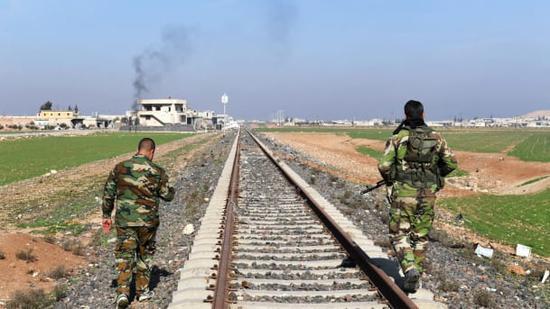 叙利亚政府军在伊德利卜东部郊区作战。
