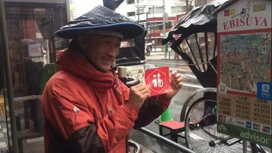 """新加坡的出租车司机用""""福""""装饰自己的爱车↓↓"""