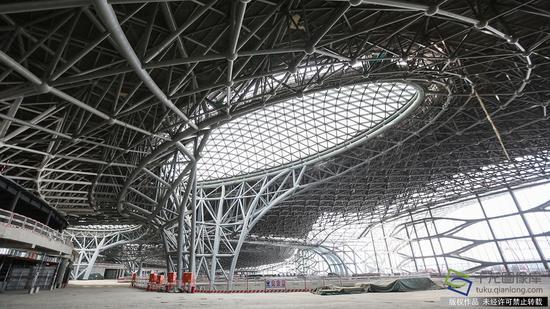 正在建设中的新机场主航站楼内景(2月23日摄 图片来源:tuku.qianlong.com)。千龙网记者 陈健男摄