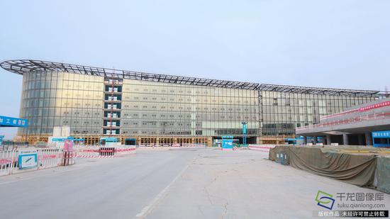 正在建设中的新机场综合服务楼酒店,可为旅客和公众提供560多间客房服务(2月23日摄 图片来源:tuku.qianlong.com)。千龙网记者 陈健男摄