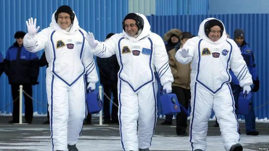 ▲材料图片:2017年12月17日,美国航空航天局的斯科特廷戈尔(右)、俄罗斯宇航局的安东舒卡勒罗夫(中)跟日本宇航研发机构的金井宣茂(左),在哈萨克斯坦拜科努尔航天发射场升绝后招手请安。(路透社)