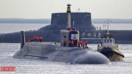 资料图:俄海军新、老两代战略导弹核潜艇,北风之神级(前)与台风级(后)合影照。