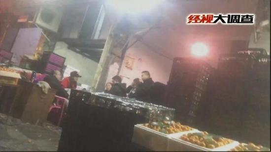 黑工厂用电池液浸泡水果延长保存期 被查近50吨