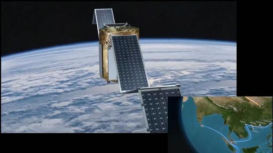 虹云工程动画演示:卫星正展开太阳能电池板(视频截图)
