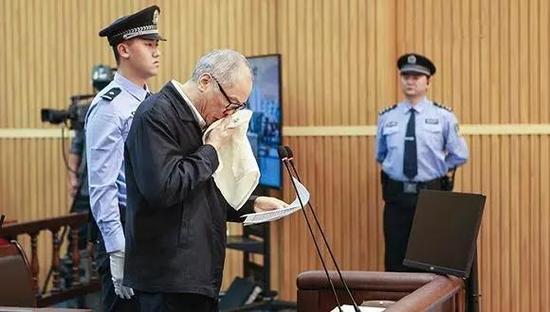 朱明国在法庭上接收审讯。