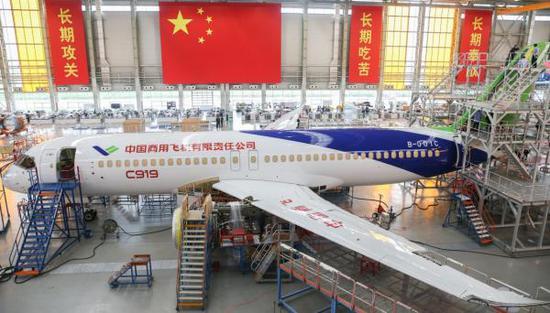 C919大型客机102架机停放在中国商飞公司上海飞机制造有限公司总装车间内。 新华社 图