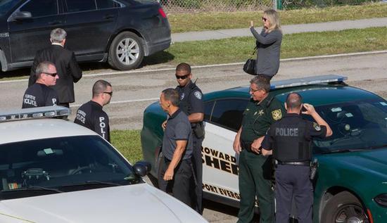 ▲2月15日,在美国佛罗里达州南部帕克兰市,警察在发生枪击事件的一所高中附近执勤。图片来自新华社