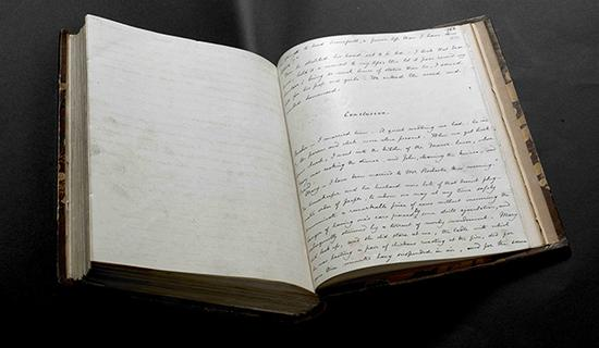 手稿上有很多排字工人沾了油墨的指印,还有几位工人的铅笔签名。《简·爱》创作手稿誊写本,第三册,夏洛蒂·勃朗特作,1847年。大英图书馆藏:Add MS 43476, f 259r 图来片源:© British Library Board