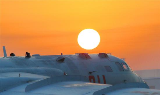 中国空军轰-6K战机进行飞行训练(资料照片)。张海深 摄