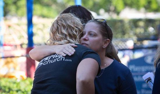 ▲2月15日,在美国佛罗里达州南部帕克兰市,人们参加枪击案遇难者祷告仪式。图片来自新华社