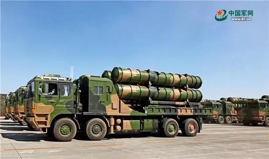 地空导弹方队红旗-9B和红旗-22两型地空导弹,是我国自行研制的全天候、多通道、中远程新一代地空导弹,极大提高了信息化条件下防空反导能力。刘应华 摄