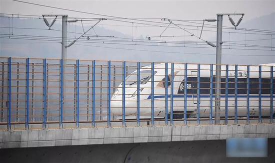 ▲11月27日,一列动车组试验列车通过装有朱鹮防护网的西成高铁赵家岭特大桥。