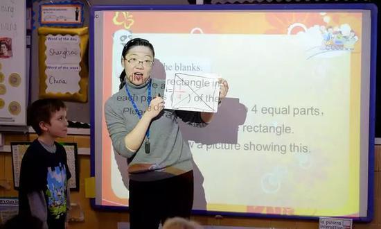 在学习书写分数时,所有学生先在本子上练习,然后按要求单独上黑板书写自己的答案。